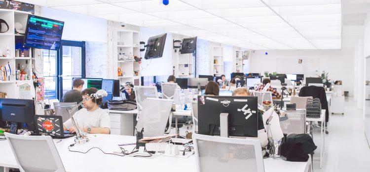 Foto von Menschen, die im Büro sitzen und arbeiten