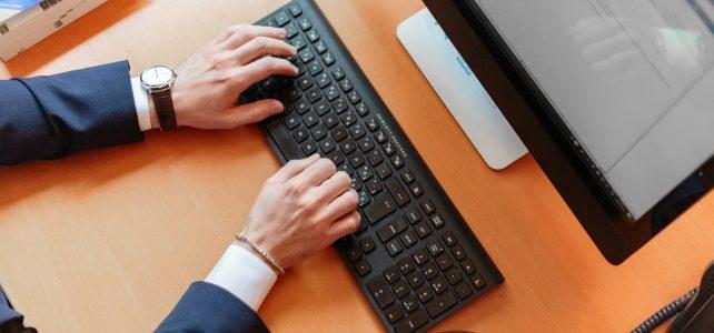 ein Mann beginnt am Computer zu arbeiten...